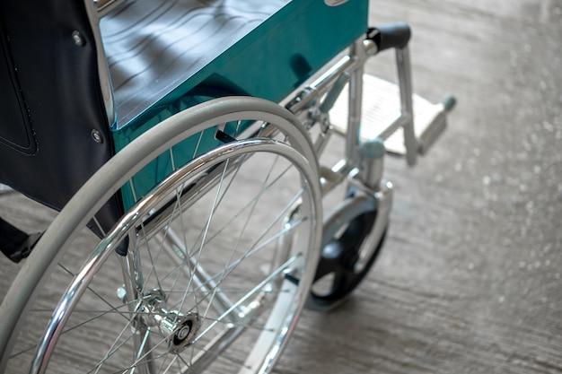 病院で車椅子。