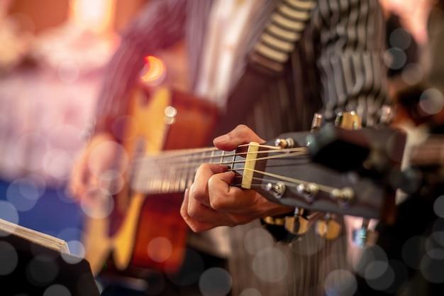 アコースティックギターの左手とコード。