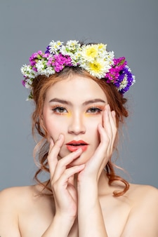 花の女性は、白人の半分の血とアジア人です。