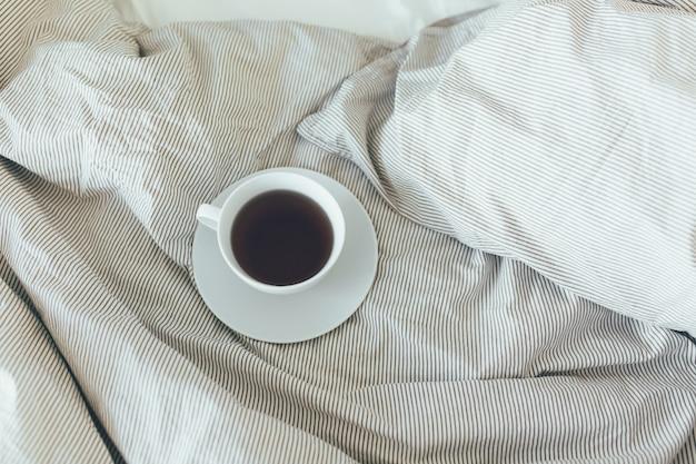 ビューティールームにきれいな白い枕とベッドシーツを配したベッドメイドアップ。朝の朝食付き