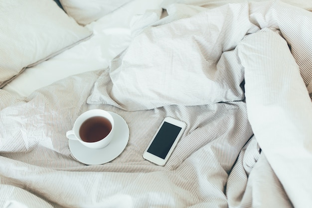 美容院のきれいな枕とベッドシーツ付きのベッドメイドアップ。朝の朝食、紅茶。
