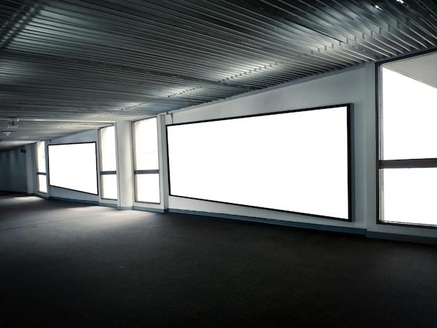 発表の混乱のための地下駐車場情報でのブランクポスターディスプレイプロモーション