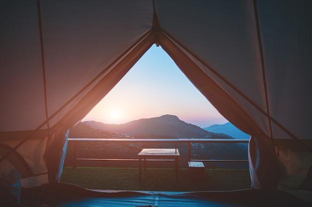 キャンバステントは、朝から自然の景色を見るために内側から見ています。