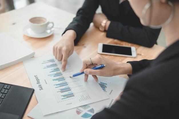 財務報告を伴うチームワーク事業は共に成功する事業を決定します。マーケティングプランと戦略投資レポートのコンセプトです。