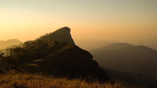 タイのチェンマイでの朝の日差しでドイモンチョン山ピーク。