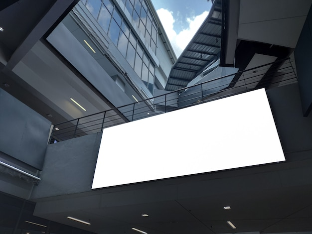 建物のディスプレイ内の空白のポスターバナー。プロモーション発表とビジネス広告情報のための白い看板はモックアップします。