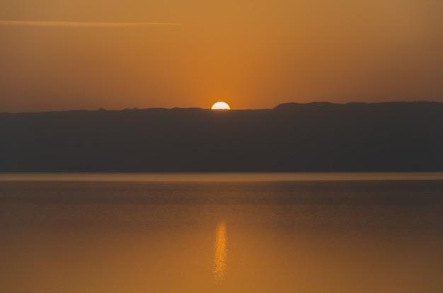 ヨルダン側から死海に沈む夕日。