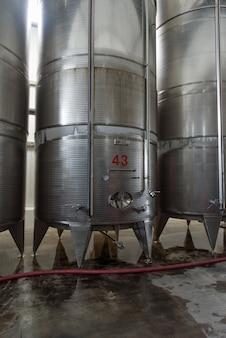 ワインを作るために使用される大量のステンレス鋼発酵槽