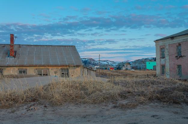 ムルマンスク地方のコラ半島にあるテリベルカの村の廃屋と住宅。