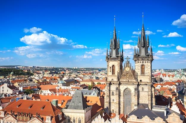 Классическая церковь на старой городской площади недалеко от праги астрономические часы праги, чешская республика