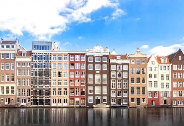 オランダのアムステルダムでの川、クルーズまたは船輸送に沿ったアパートの建物