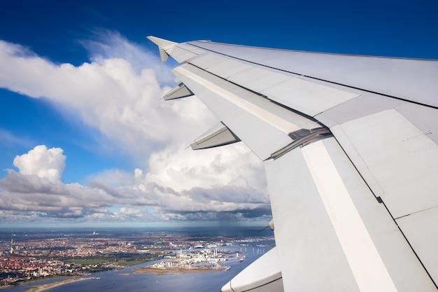 Вид с воздуха города копенгагена с самолета вид на город копенгаген, дания