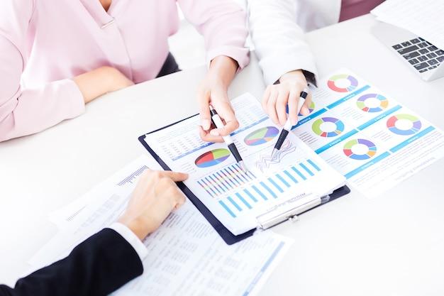 事業チームがオフに財務年次報告を議論し分析する
