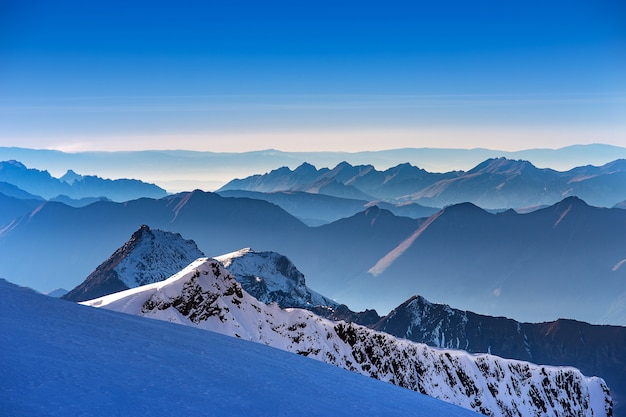 スイスのユングフラウ山からの夕日時のアルプス山の層