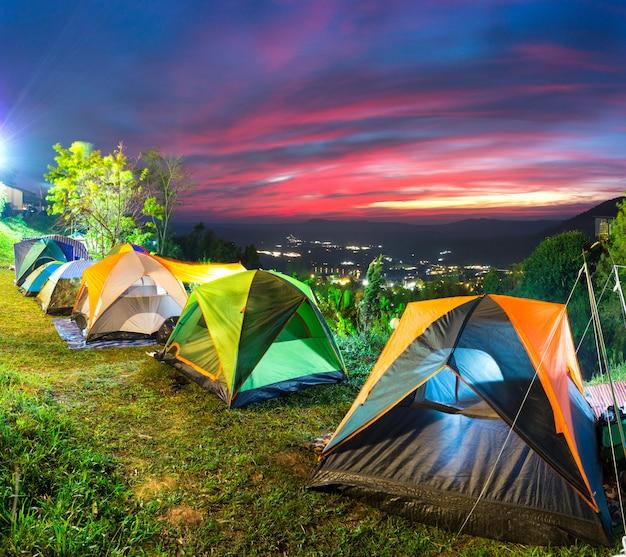 キャンプや山の上にテント
