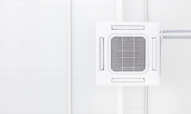 白い背景とπのコピースペースを持つ天井の空調