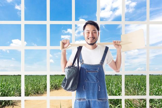 幸せな男性の農夫がサトウキビ農場の倉庫で白い苗を握る