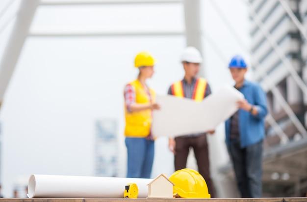ハウス、家、紙プラン、およびバックグラウンドを持つ他のエンジニアツール