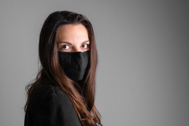 Молодая женщина в черной защитной маске. пандемия гриппа или вируса. сезон аллергии