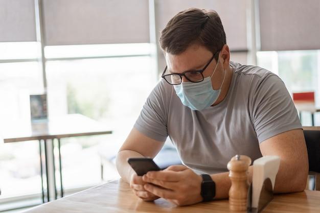 マスクを持つ男の新しい通常の概念