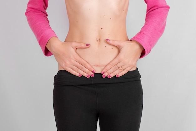 妊娠中の女性の手の中心腹女性健康概念分離女性の健康概念
