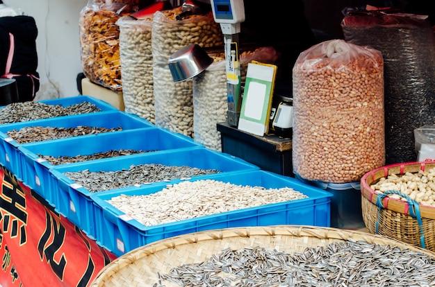 アジアの中国のストリートマーケットの養殖健康的な収穫の概念でひまわりピーナッツカボチャの種