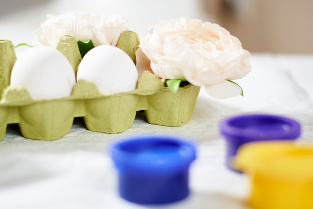 Роспись пасхальных яиц краской яркой весенней праздничной активности