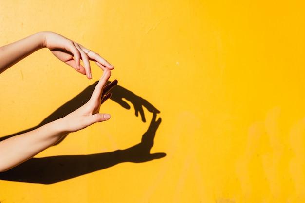 直射日光の下で踊る夏の少女ティーン
