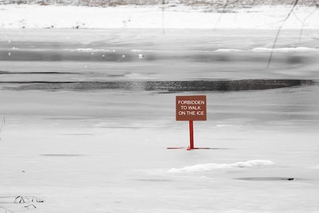 赤い看板危険なほど薄い氷の碑文なし雪の危険
