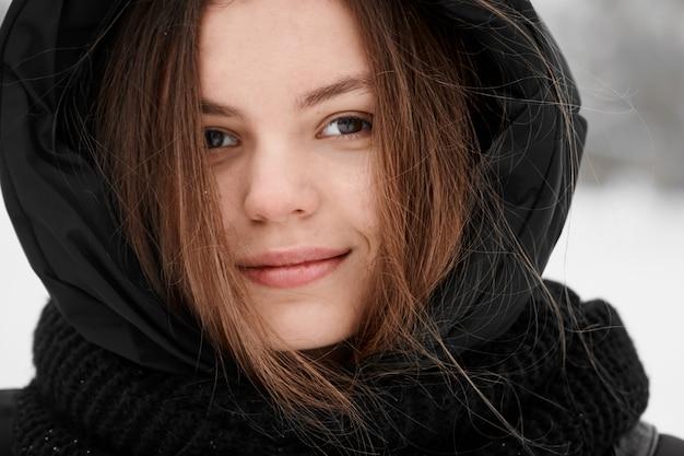 美しい若い女性冬の屋外のポートレートをクローズアップ