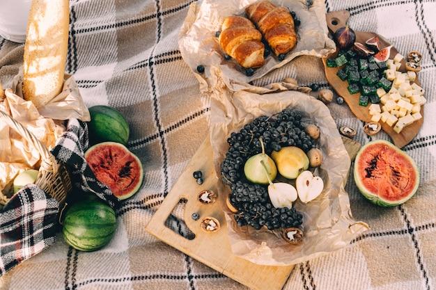 格子縞の夕暮れ時の夏のピクニック