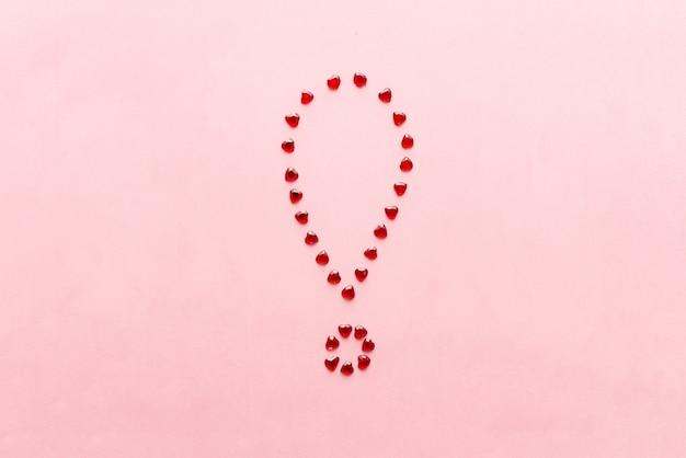 Красочный восклицательный знак мела на розовом фоне из символов сердца с копией пространства