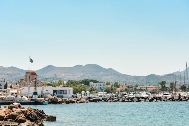 アイギナ島の有名で美しい港の眺め、