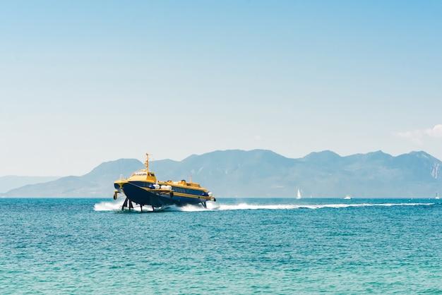 ギリシャのギリシャの島、アイギナ島の港に近づく水中翼