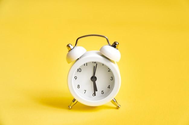 黄色の白い古い目覚まし時計
