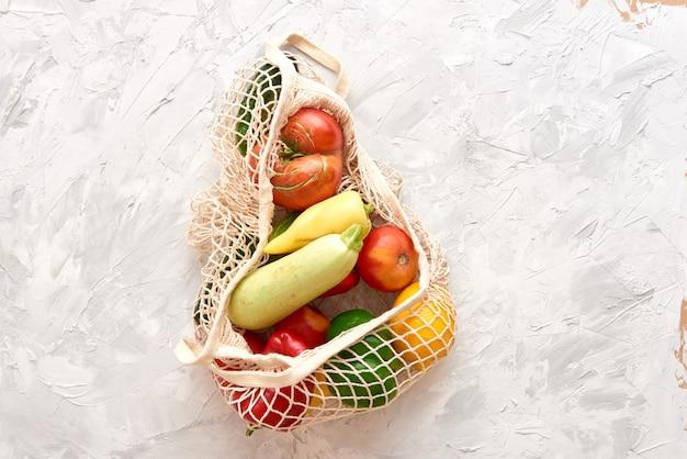 果物と野菜が入った環境に優しいメッシュバッグ。上面図。プラスチックなし