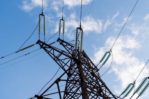 パイロンおよび送電線のダウンビュー。青空