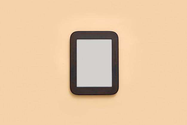 空の画面を持つ電子ブックのモックアップ