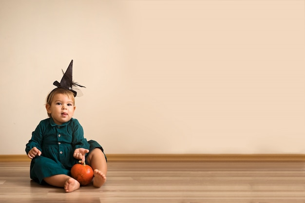 ハロウィーンのためにドレスアップした愛らしい子供たちをトリック・オア・トリート