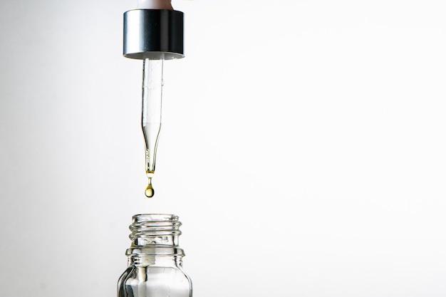 スポイト付きガラス瓶。