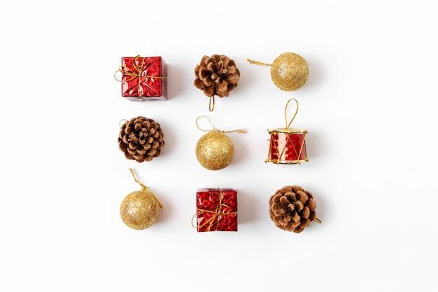 Рождественская композиция. открытка, еловые ветки, красные и зеленые украшения. плоская планировка, вид сверху