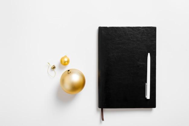 ノートブックとクリスマスの背景