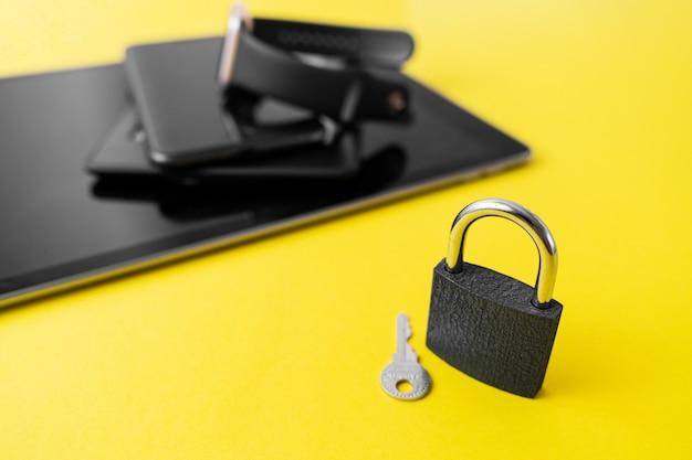 電話、タブレット、ロック付きスマートウォッチ。デジタルデトックスコンセプト。個人情報のサイバーセキュリティ
