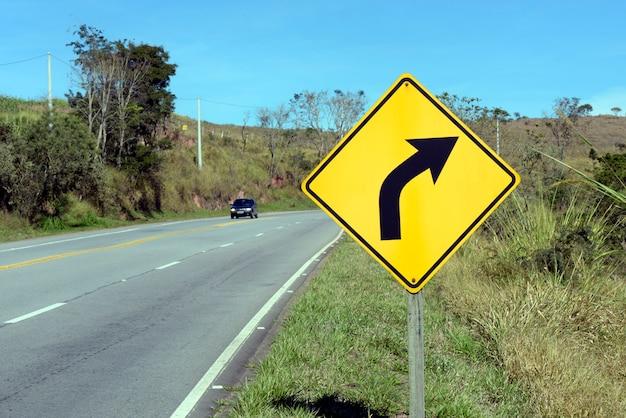 右カーブの道路標識