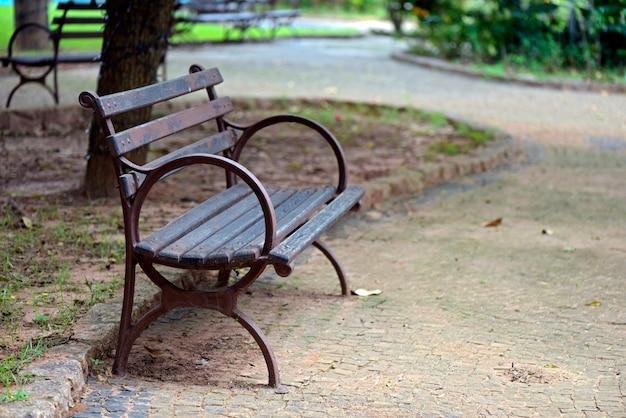 Пустынная общественная скамейка на площади