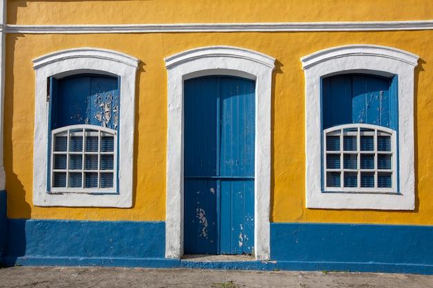 Фасад здания в историческом городе