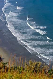 Волны разбиваются о пляж с синим морем на северном побережье сан-паулу. сан-себастьян, сп, бразилия