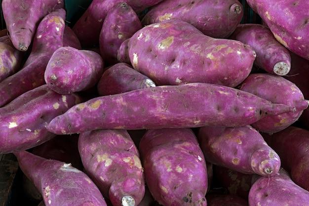 市場の屋台でサツマイモ