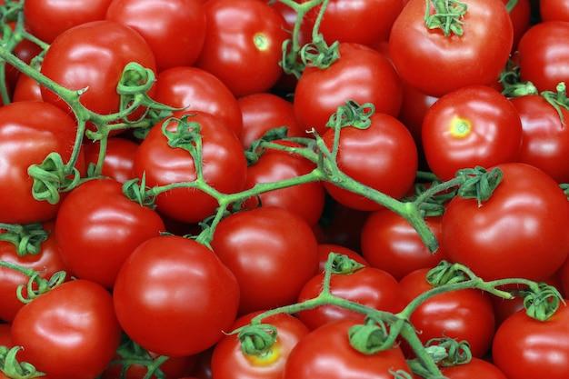 ブラジルの市場の屋台でトマトのスタック
