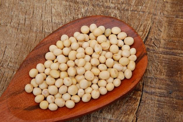 木のスプーンで大豆のクローズアップ